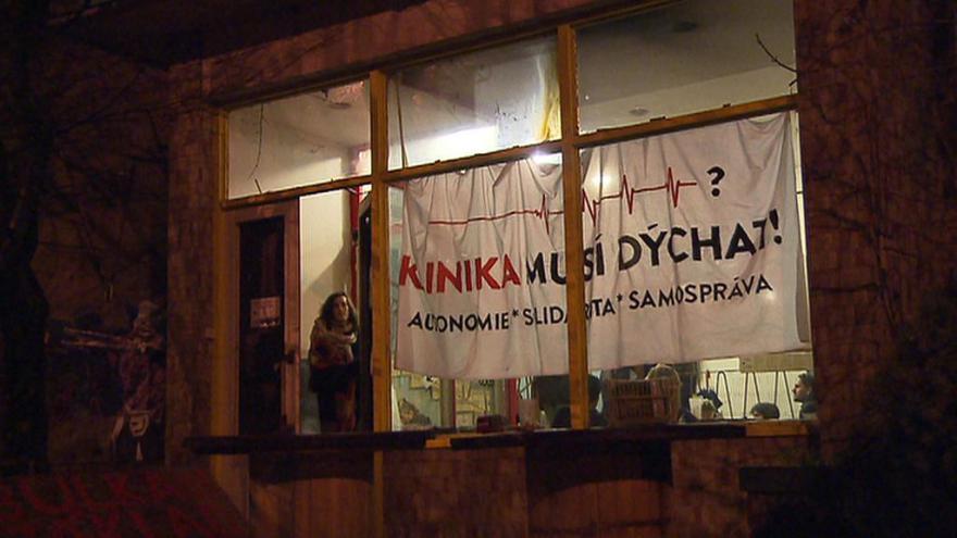 Video Na žižkovské poliklinice zůstávají aktivisté