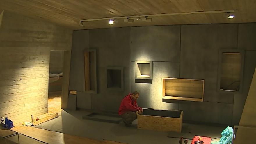 Video Řemeslníci v pavilonu staví vitríny, které vědci brzy zaplní exponáty.
