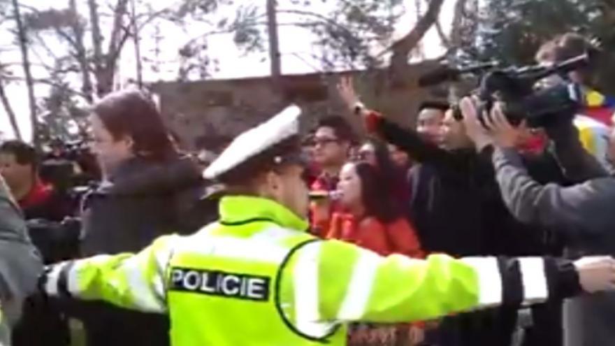 Video 90' ČT24 - Policejní manévry při návštěvě zČíny