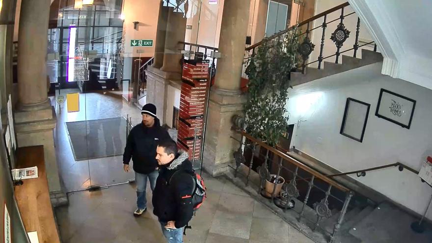 Video Záběry policistů přicházejících na FAMU