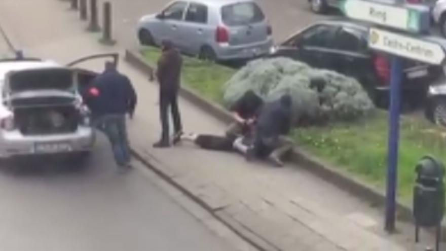 Video Amatérské záběry svědka, který natočil zatčení Mohammeda Abriniho