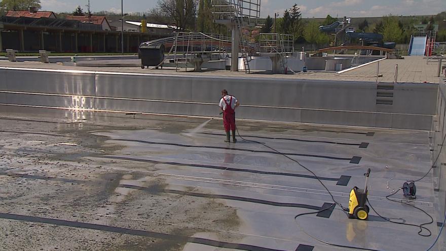 Video Dělníci čistí bazény a kontrolují zázemí