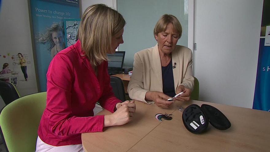 Video Jana Příhodová vysvětluje, jak funguje kochleární implantát