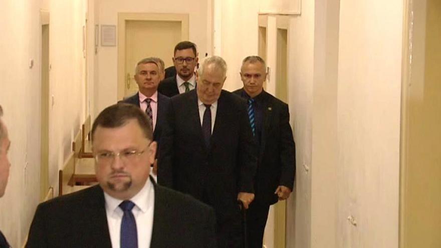 Video BEZ KOMENTÁŘE: Příchod prezidenta Zemana k soudu