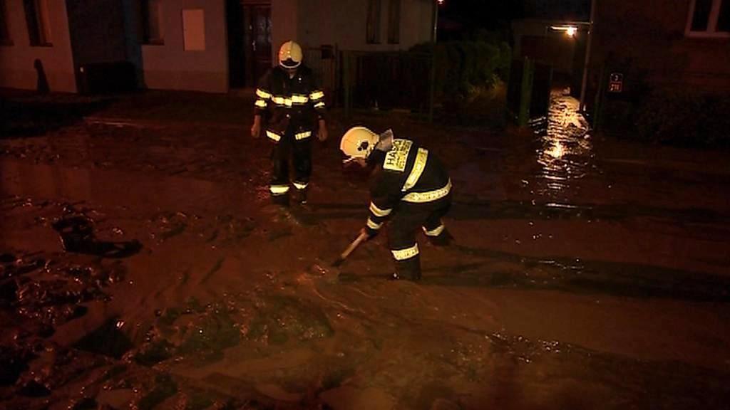 Video Hasiči až do pozdní noci čistily kanalizaci od bahna