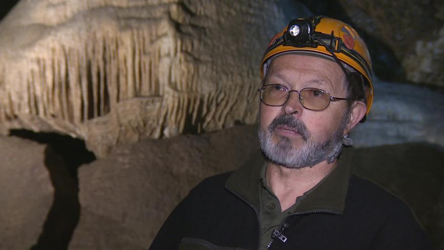 Video Vedoucí CHKO Moravský kras Leoš Štefka hovoří o poničení Amatérské jeskyně