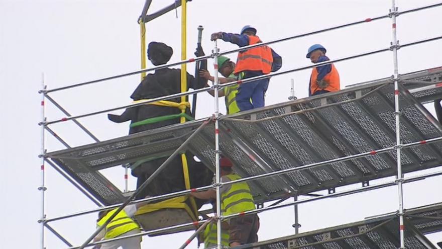Video Z balustrády Národního muzea dělníci sundali čtyři alegorické sochy