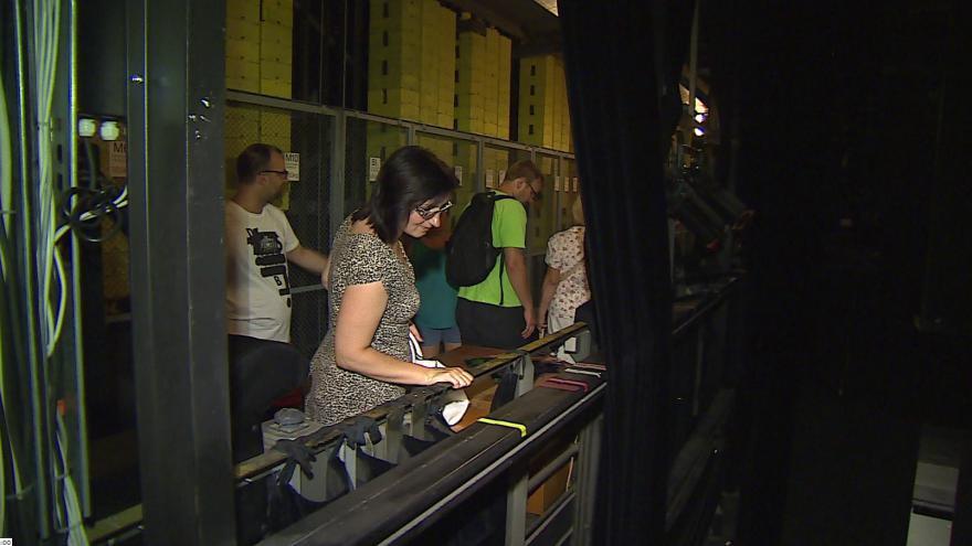 Video Skupina návštěvníků si v Janáčkově divadle prohlédla technické zázemí i kostymérnu