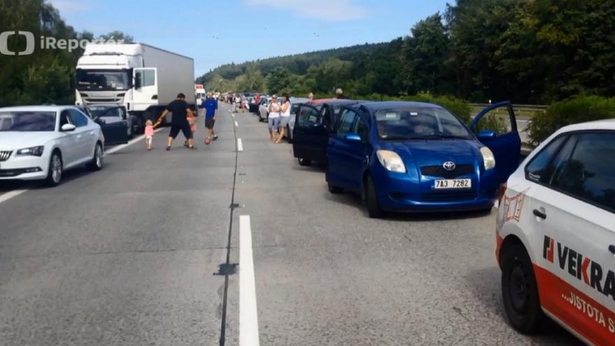 Video Na D1 se po nehodě vytvořila desetikilometrová kolona