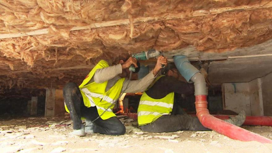 Video Bez komentáře: Dělníci musí školku opravovat ručně