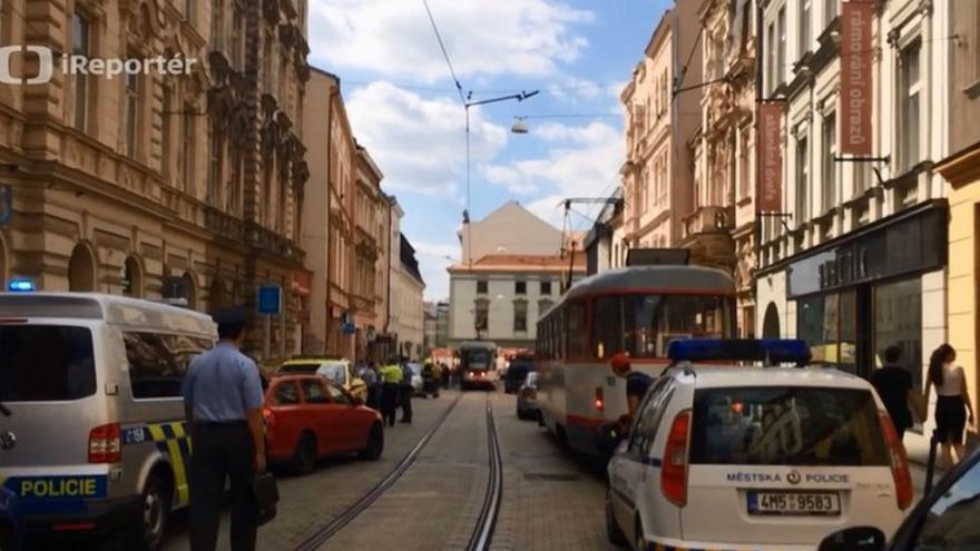 Video iReportér: Spadlá část zdi domu zastavila v Olomouci dopravu