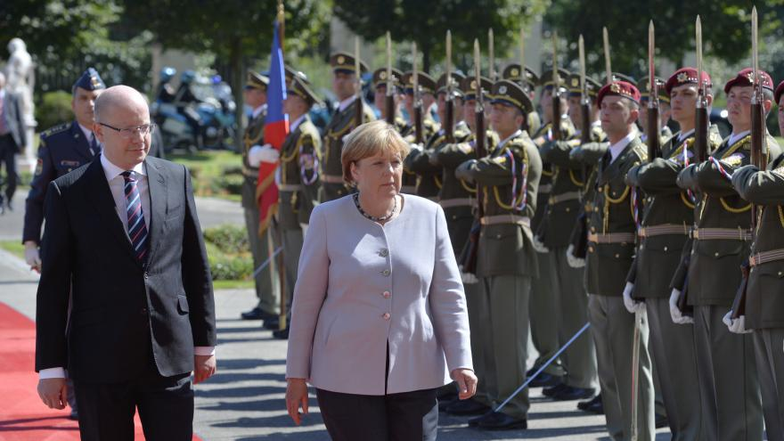 Video Premiér Sobotka přivítal německou kancléřku před Strakovou akademií