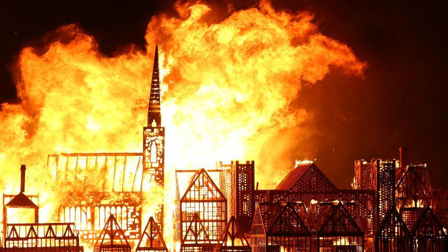Video Londýňané si připomněli požár z roku 1666 zapálením modelu města
