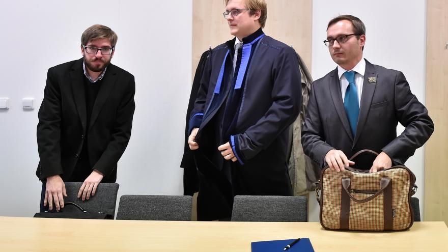 Video Soud s Bartošem, který popírá holocaust, zdržuje čtení novin