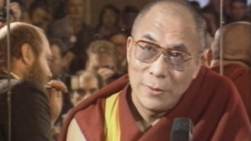 Video V roce 1990 poprvé přijel dalajlama do Česka. Uvítal ho prezident Havel