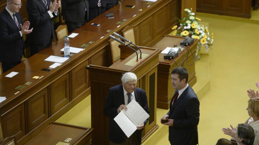 Video Poslanci ocenili na slavnostním shromáždění Jiřího Bradyho