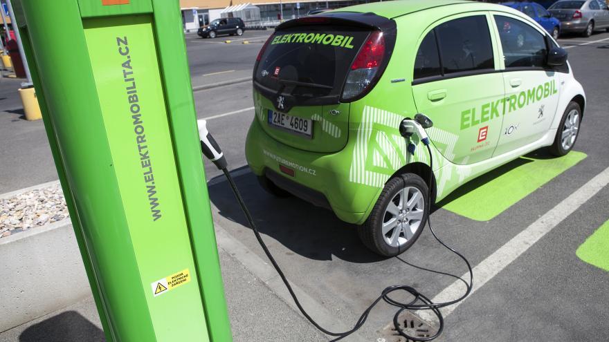 Video 90' ČT24 - Budoucnost elektromobilů
