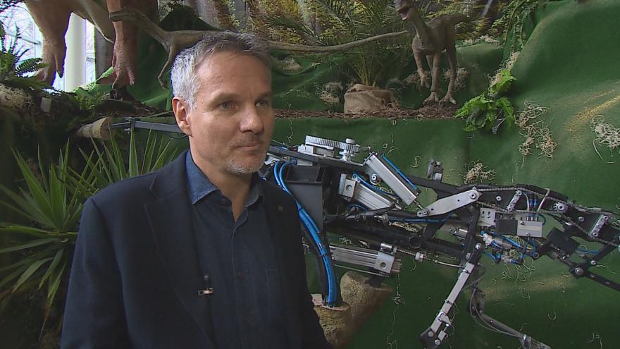 Video zástupce výrobce dinousaurů Jiří Machálek vysvětluje fungování vystavených exponátů