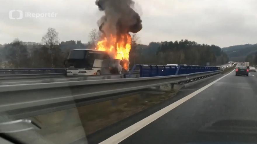 Video Na D1 hořel autobus