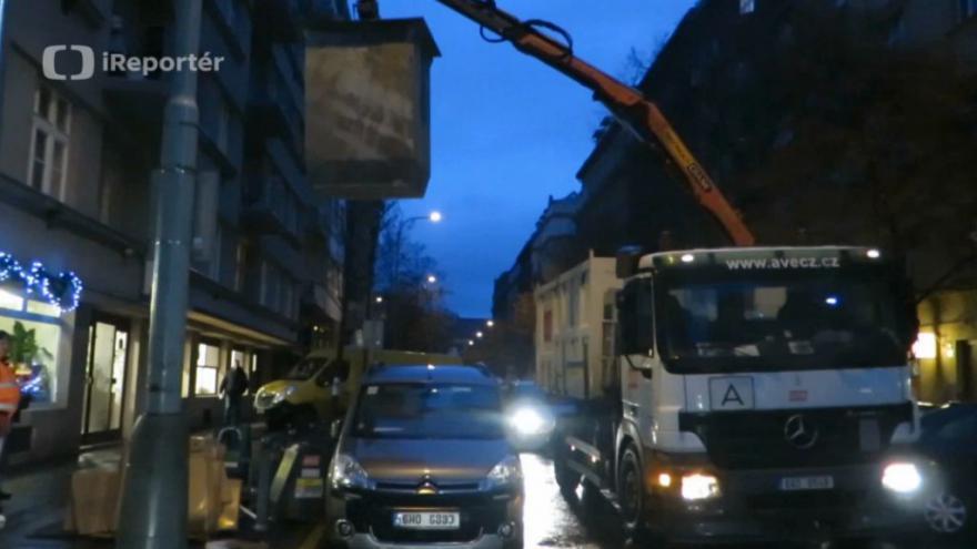 Video Zákaz parkování řidiči ignorují, popeláři musí zvedat kontejnery přes auta
