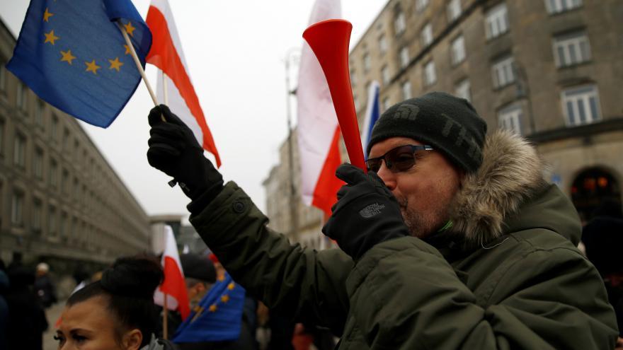 Video Už v pátek Poláci protestovali proti návrhu, který má novinářům omezit vstup do Sejmu