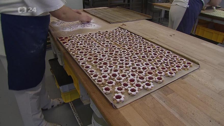Video Cukrářky mají před Vánoci hromadu práce