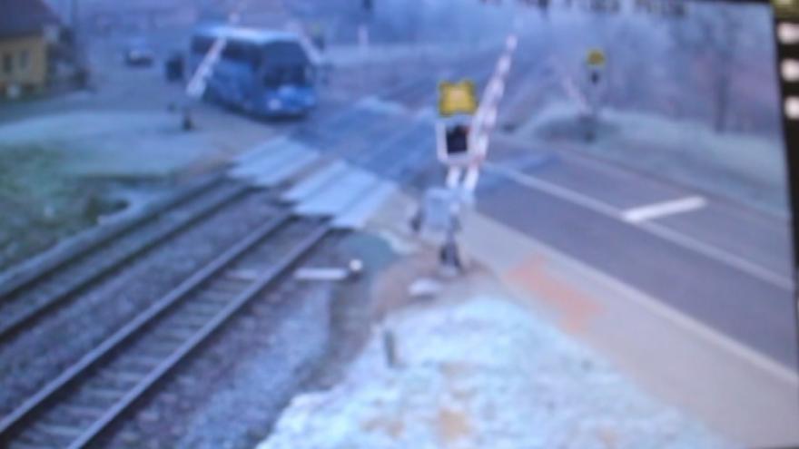 Video Řidič vjel na přejezd na červenou, zlomil závoru a couval