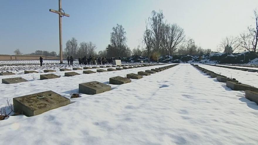 Video Terezín: Pietní akt na hřbitově
