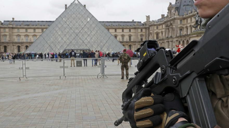 Video PŘÍMÝ PŘENOS operace před Louvrem