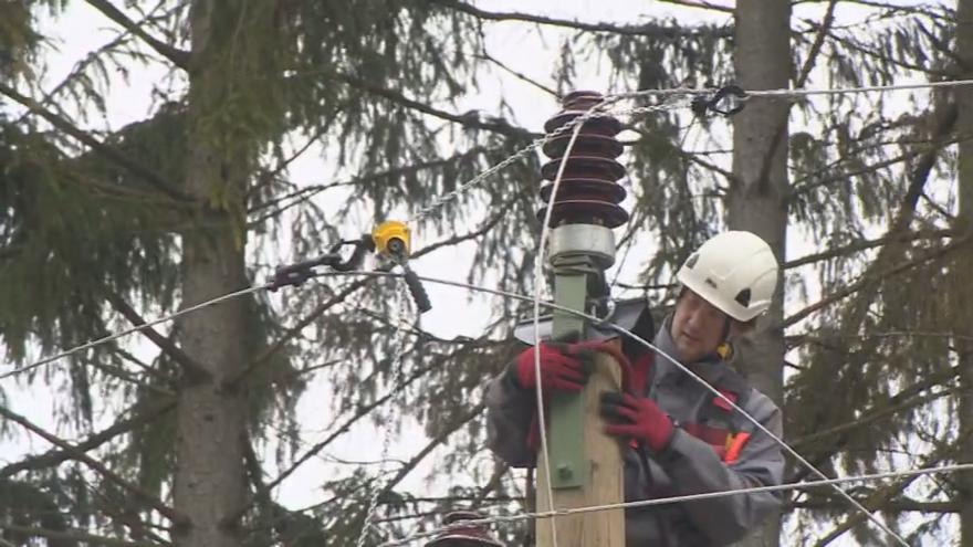 Video Po silném větru zůstaly tisíce lidí bez proudu, uzavřené silnice i železniční tratě