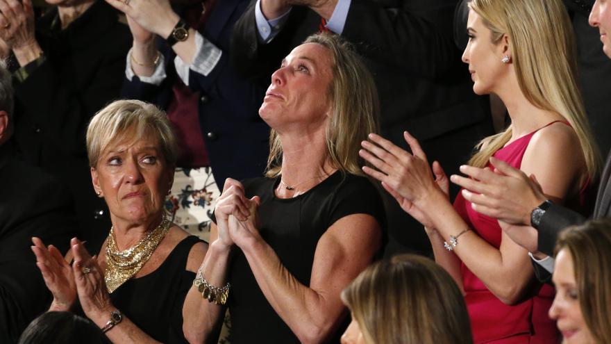Video Nejsilnější moment večera. Potlesk ve stoje vehnal vdově po padlém vojáku slzy do očí