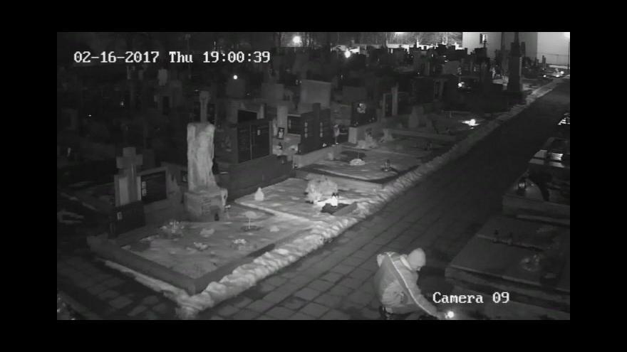 Video Žháře zachytila na hřbitově kamera
