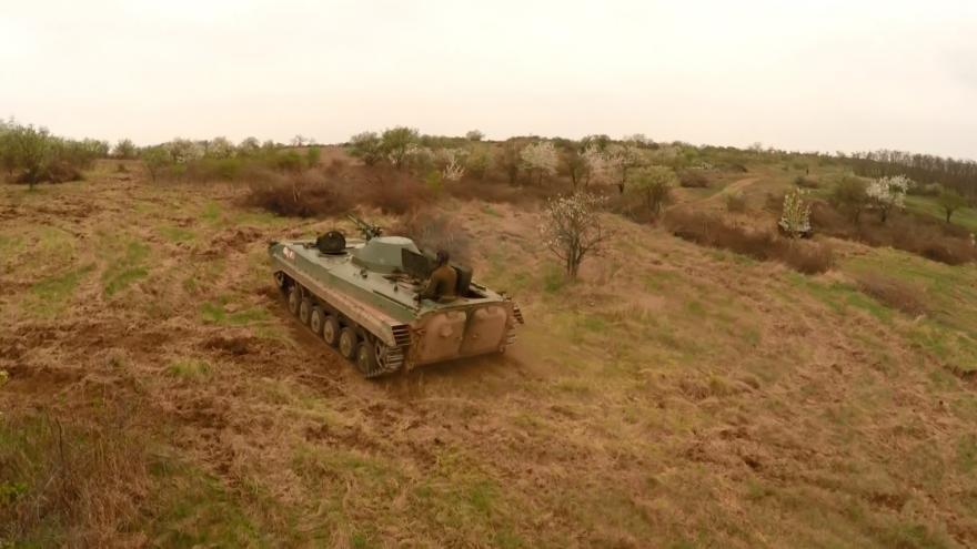 Video Záběry dronu: Bojové vozidlo brázdí Načeratický kopec