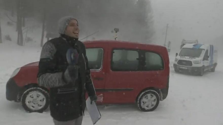 Video Jeseníky zavalil sníh. Nehostinné prostředí i pro redaktora ČT