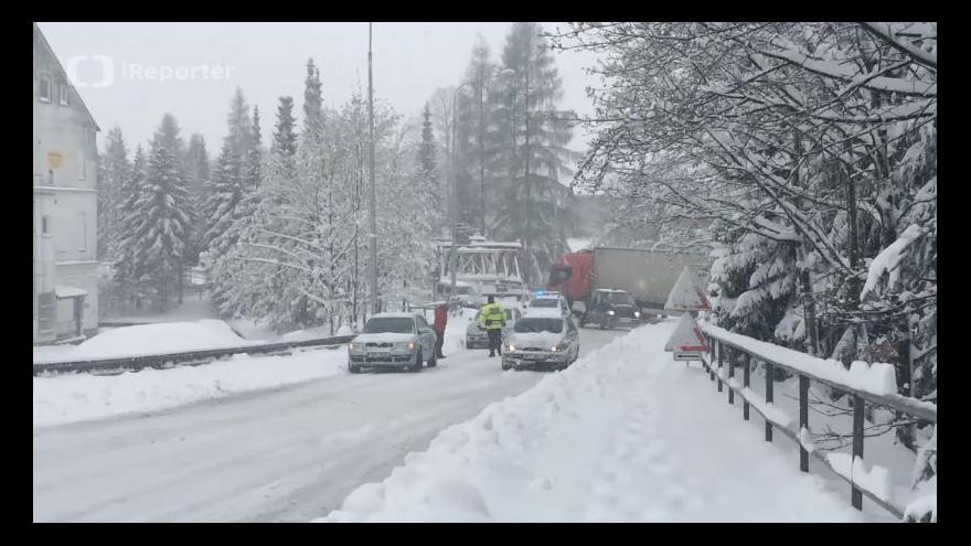 Video Zaseklý kamion na semaforu