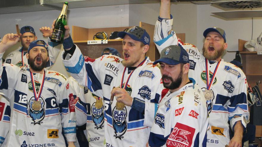 Video Hráči slavili s fanoušky na ledě i v šatně pivem a doutníky