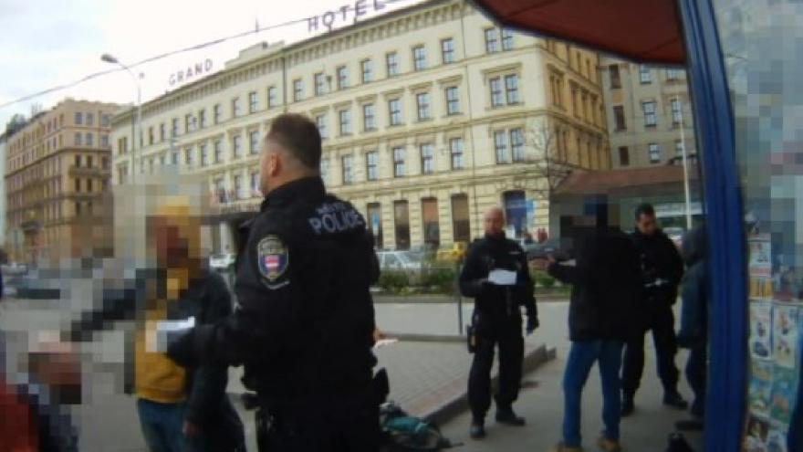 Video Jeden z případů agresivního útoku na strážníky v Brně