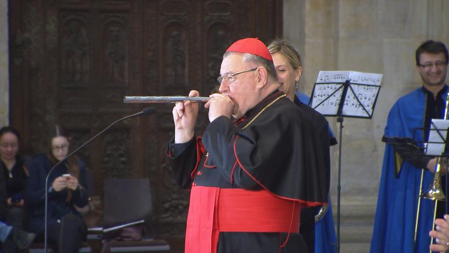 Video Dominik Duka zkouší zvuk první píšťaly budoucích varhan svatovítské katedrály
