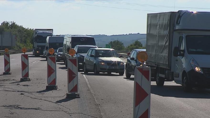 Video Kolona na 210. kilometru D1. V provozu je jen jeden jízdní pruh