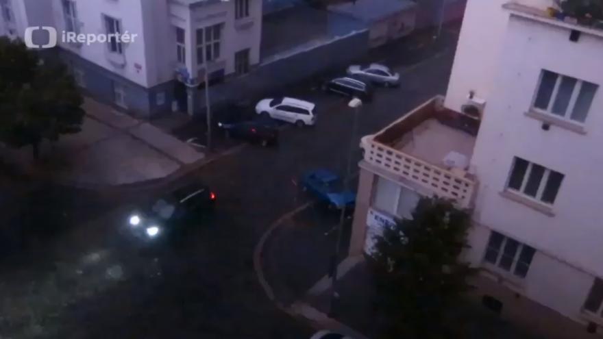 Video Při bouři přestala svítit světla na pražském Žižkově