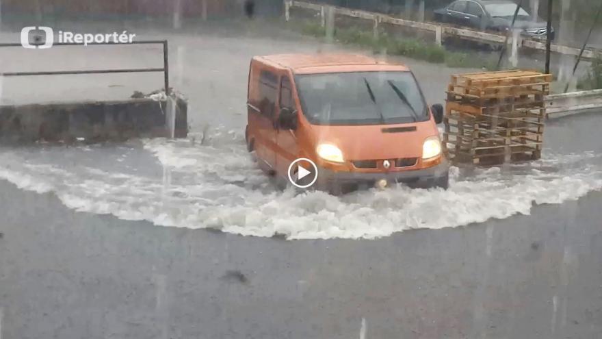 Video iReportér Tomáš Kraus: Voda zatopila parkoviště v Praze-Zbraslavi