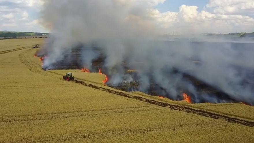 Video iReportér: Hašení požáru pole u Malého Března