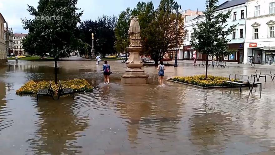 Video Náměstí TGM v Prostějově je po přívalových deštích pod vodou