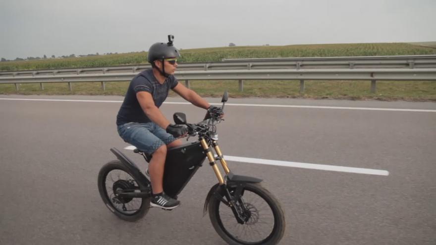 Video Na jedno nabití 360 kilometrů a ekologicky. To nabízí ukrajinská kombinace kola a motorky