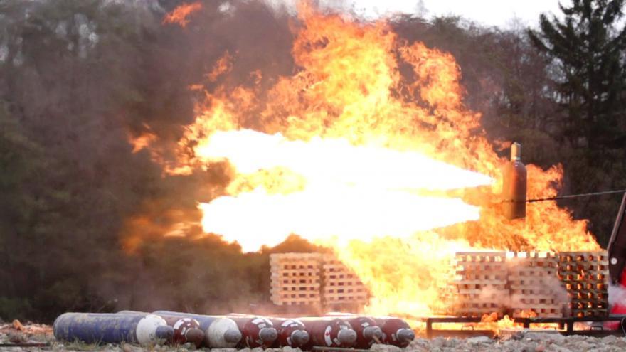 Video Události: Střelec může snadno vyřešit požár s plynovými láhvemi