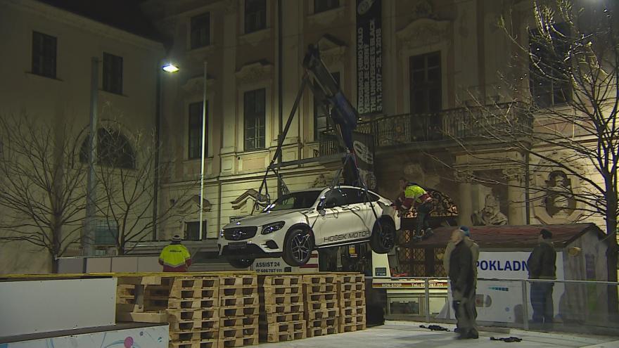 Video Z kluziště u Jošta odstranili Mercedes