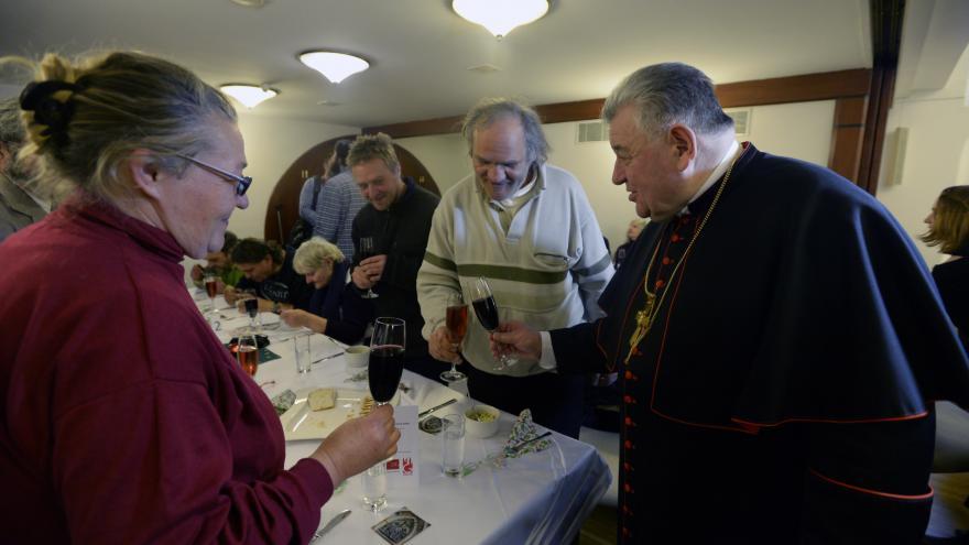 Video Lidé bez domova obědvali s kardinálem Dukou, dostali i balíčky s oblečením