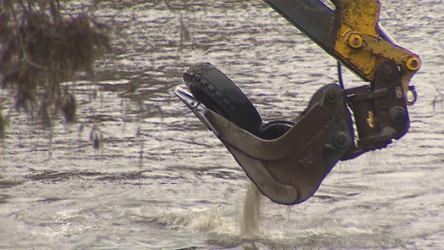 Video Do brněnské přehrady někdo naházel stovky pneumatik