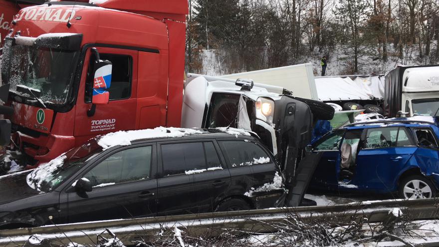 Video Dálnice D1 na Prahu se po úterní hromadné nehodě rozjela jedním pruhem, očekává se další sníh