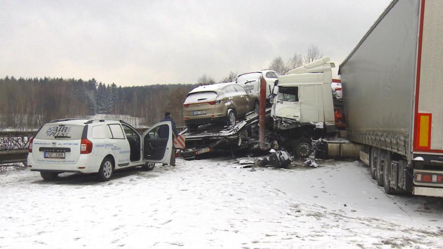 Video Bez komentáře: Hromadná nehoda na dálnici D1